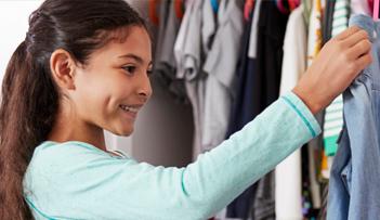 menina-escolhendo-roupas-no-guarda-roupa